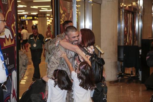 La familia se abraza a José Miguel, marido, padre y sargento primero de Infantería.