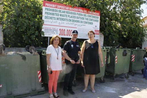Xisca Barceló y Antònia Triguero, junto a un policía local, anunciaron la nueva campaña de control.