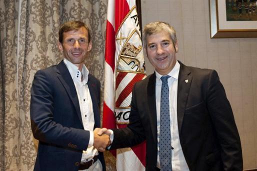 El presidente Josu Urrutia (d) saludando a José Ángel Ziganda, nuevo entrenador del Athletic Club.