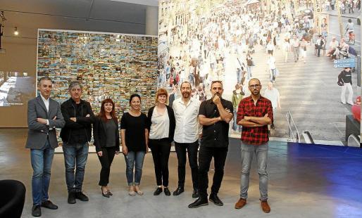 José Luis Pérez Pont, Ramon Perramon, Nekane Aramburu, Neus Marroig, Marina Planas, Xisco Bonnín, Juan Azpitarte y Daniel Gasol, con el mural de Planas al fondo.
