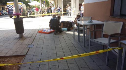 Los servicios de emergencias, atendiendo al menor tras el accidente.