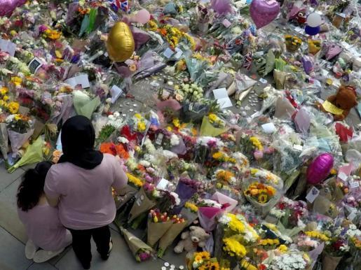 Flores y mensajes de duelo y recuerdo a las víctimas del atentado del Manchester Arena.
