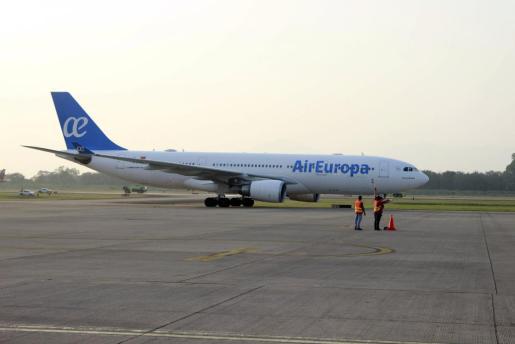 Imagen de archivo del Airbus 330-200 de la empresa española Air Europa a su llegada al aeropuerto internacional Ramon Villeda Morales de San Pedro Sula (Honduras).