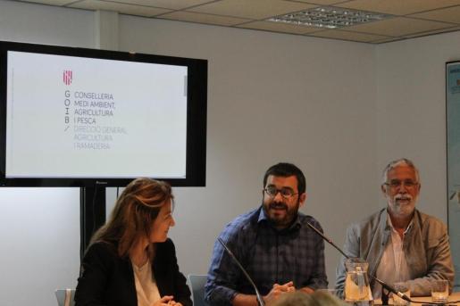 Belén Martínez, de la subdirección general de Sanidad e Higiene Forestal del Ministerio, el conseller Vicenç Vidal, y el director general d'Agricultura i Ramaderia, Mateu Ginard, durante el inicio del curso.