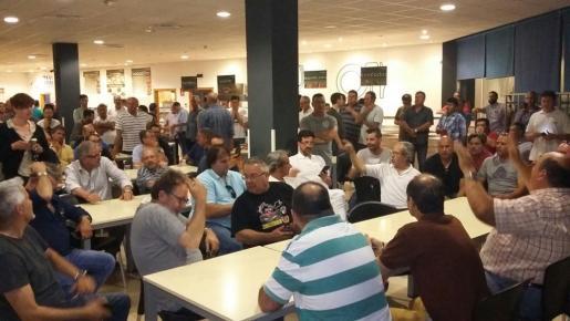 Los taxistas han aceptado el acuerdo alcanzado con el aeropuerto y la administración tras plantearlo en asamblea.