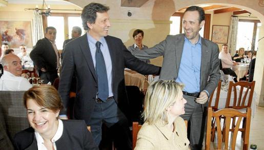 Mateo Isern saluda a José Ramón Bauzá durante un acto del PP.