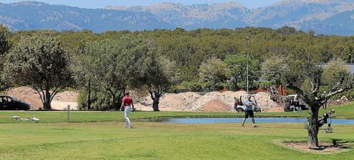 Los cargamentos de la polémica arena han llegado al T. Golf & Country Club de Santa Ponça.