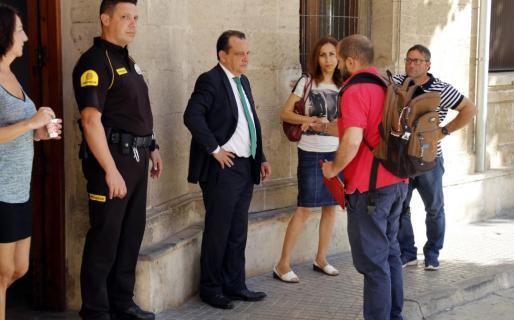 Pedro Horrach, ahora abogado, a las puertas de los juzgados.