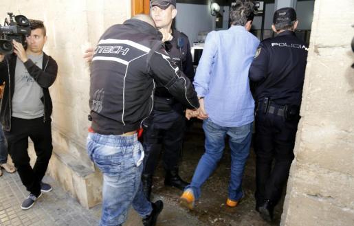 Los detenidos, entrando a los juzgados.