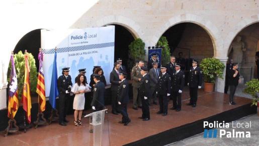 El alcalde de Palma, José Hila, acompañado por la regidora Angèlica Pastor, ha presidido la entrega de medallas al mérito de la Policía Local en el Castell de Bellver.