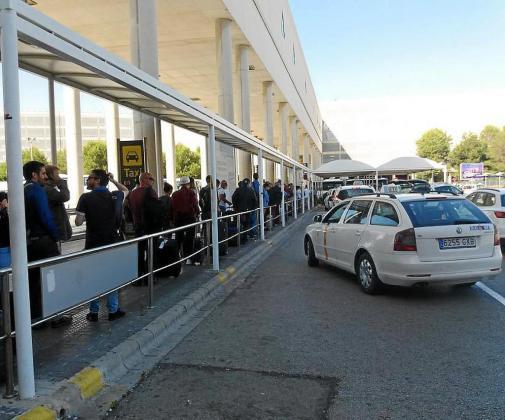 Los 300 taxis que normalmente operan en Son Sant Joan realizaron este viernes su trabajo en medio de ambiente «tenso».