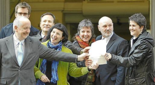 Los promotores de Sortu, el nuevo partido de la izquierda abertzale, a las puertas del Ministerio del Interior, en cuyo registro solicitaron su inscripción.