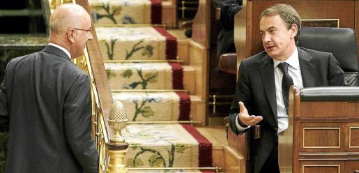 El presidente Zapatero conversa con el portavoz de CiU en el Congreso, Josep Antoni Durán i Lleida.