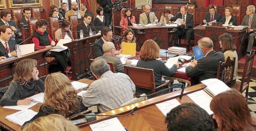 Imagen de archivo de una junta general de Emaya. Malen Tortella en la mesa de Secretaría tras una carpeta amarilla.