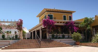 La fachada del restaurante a la carta. El complejo dispone también de salones, carpa y jardines.