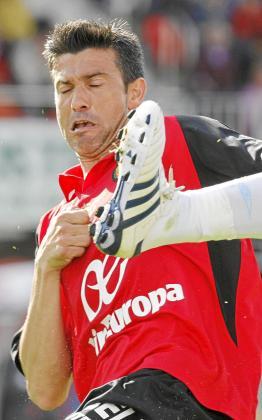 Pep Lluís Martí se protege de la entrada de un rival durante un partido de esta temporada.