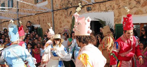 Xisca Rosselló y Sergi Jiménez se estrenaban ayer como dama y cossier rosa, durante la celebración en los Damunts.