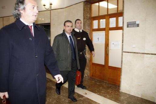 Miquel àngel Flaquer, acompañado de su abogado, en los juzgados de Palma, esta mañana.
