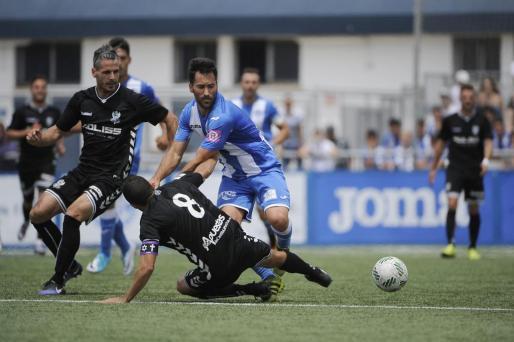 El blanquiazul Xisco Hernández intenta zafarse de un jugador del Toledo.