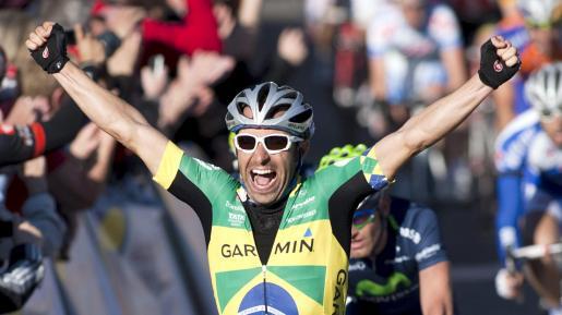 El brasileño Murilo Fischer (Garmin Cervélo) levanta los brazos tras imponerse en el trofeo Magaluf-Palmanova, quinta y última prueba de la Challenge Ciclista a Mallorca, disputada hoy con salida y llegada en el municipio de Calvià.