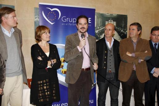 El eurodiputado vasco, en el centro de la imagen en un acto con el PP balear.