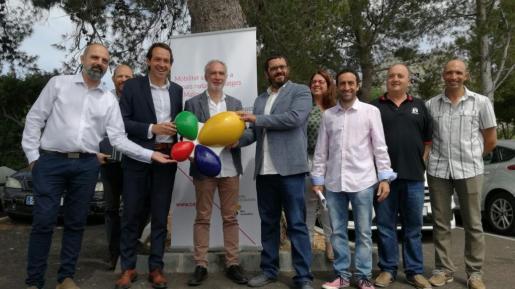 Los consellers Pons i Vidal, y el alcalde de Pollença, con regidores del Ajuntament.