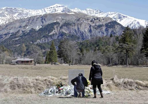Imagen del memorial cercano al lugar donde se estrelló el avión de Germanwings.