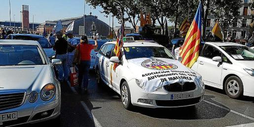 Taxistas de Balears hicieron acto de presencia en la protesta contra Uber y Cabify, en Madrid.