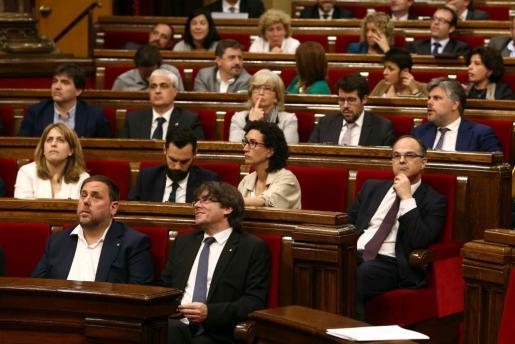 Imagen de la bancada de Junts pel Sí, con el presidente catalán, Carles Puigdemont, en el margen inferior.