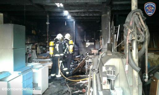 El fuego ha afectado al local de forma importante.