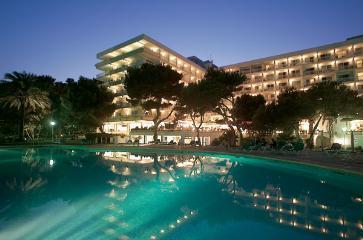 Vista nocturna del hotel Playa Esperanza.