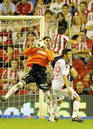 Dudu Aouate detiene un balón en una acción del partido disputado en San Mamés esta temporada.