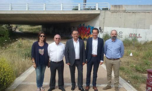 El conseller Marc Pons y el alcalde de Calvià, Alfonso Rodríguez Badal, junto a regidores y el director general de Mobilitat, durante la visita.