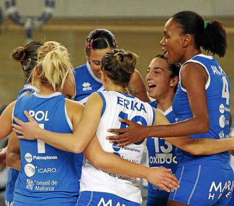 Las jugadoras del Oxidoc Palma celebran un punto durante el partido de la Challenge Cup disputado el miércoles.