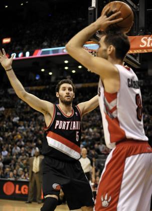 El jugador de los Trail Blazers de Portland Rudy Fernandez (i) pasa el balón con la marca de José Calderón de los Raptors de Toronto durante el partido de la NBA que les enfrentó ayer.