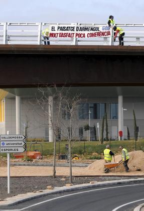 Miembros del GOB han colgado una pancarta contra la vía conectora en el puente de Son Espases.