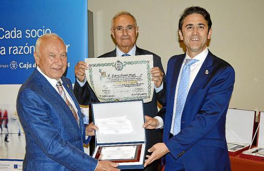 Gabriel Sampol recibe su distinción como Socio de Honor de manos de Juan Ribas Cantero y José Antonio Galdón Ruiz.