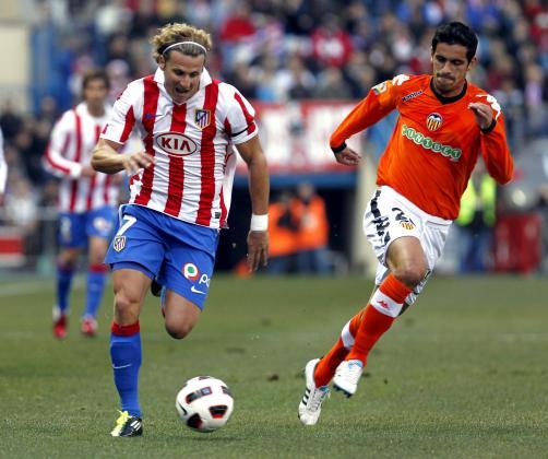 MD60. MADRID, 12/02/2011.- El delantero uruguayo Diego Forlán (i), avanza con el balón seguido por Bruno Saltor (d), en un momento del partido, correspondiente a la vigésimo tercera jornada de Liga en Primera División, que ambos equipos disputan esta tarde en el estadio Vicente Calderón de Madrid. EFE/Chema Moya ESPAÑA-FÚTBOL-LIGA PRIMERA DIVISIÓN