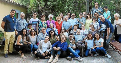 La familia al completo, en la celebración del cumpleaños de los hermanos José, Remedios e Isabel.