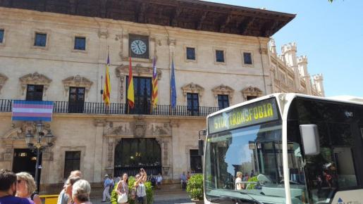 La bandera transexual en el balcón de Cort y una autobús de la EMT con el lema 'Stop Transfobia'.