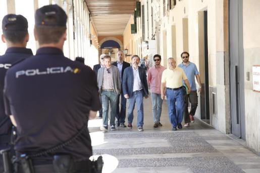 Ignacio Arsuaga y Juan José Tenorio, llegando al Parlament este viernes.