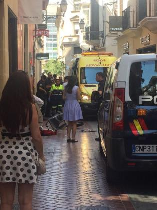 Policía y personal sanitario en la calle Sant Miquel momentos después de que la farola impactara en la cabeza del niño.
