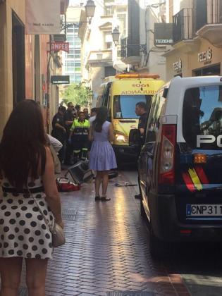 Momento en que el personal sanitario atendía al niño herido en la calle Sant Miquel.