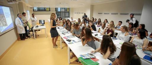 Estudiantes del primer curso de la Facultat de Medicina de la UIB atienden explicaciones de los docentes.