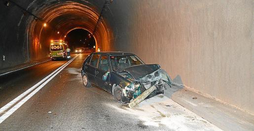 El morro del coche quedó destrozado después del siniestro.