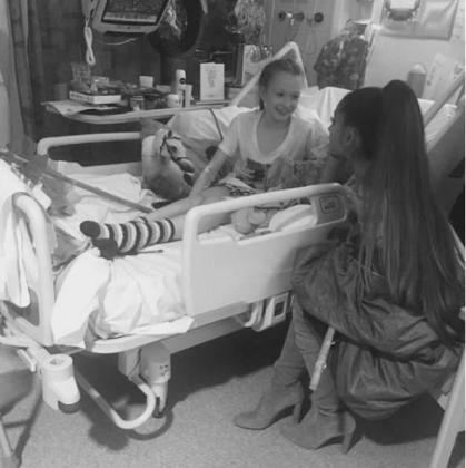 La cantante compartió en su cuenta de Instagram, que siguen 107 millones de personas, una fotografía en la que se la veía junto a una niña en una cama de hospital, una imagen que acompañó con el icono de un corazón.