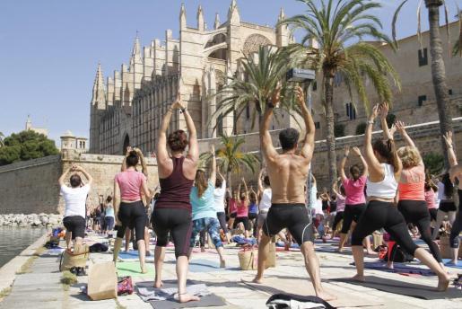 Centenares de personas han participado en la clase de yoga dirigida por la exmodelo Verónica Blume.
