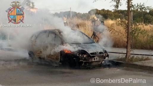 Los Bombers de Palma han sofocado las llamas del vehículo.