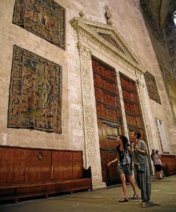 Tapices de la colección de Bruselas, sin restaurar, esta semana en el interior del Portal Major de la Seu.