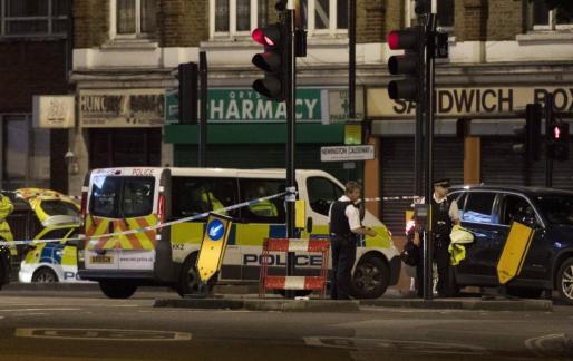 La policía londinense, en el lugar del ataque.